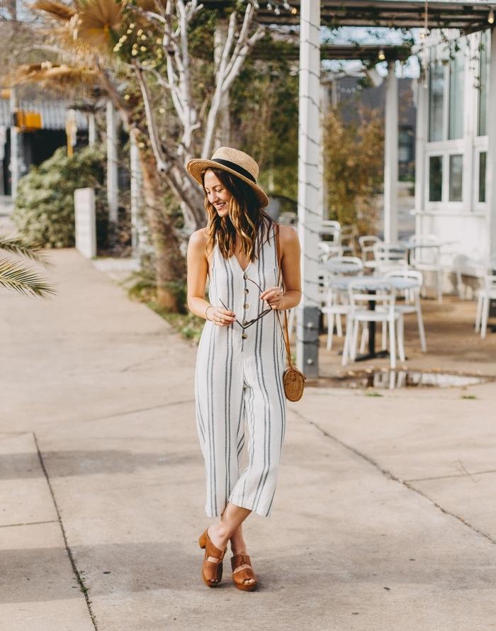 mode bohème femme avec une salopette rayée en blanc et gris clair avec boutons combinée avec sandales et sac à main marron
