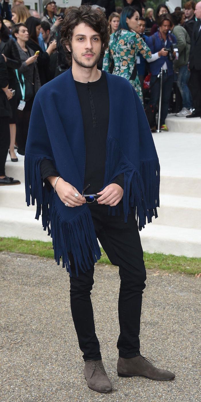 tenue casual bobo style boheme avec plaid bleu marine sur les epaules pour homme