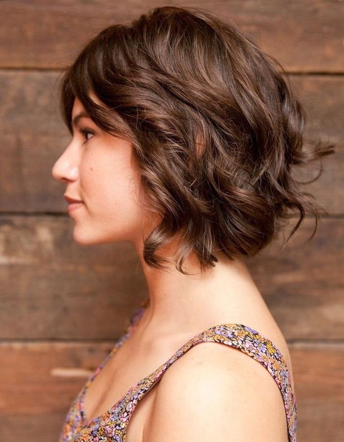coupe au carré avec des boucles façon naturelle, coupe déstructuré femme cheveux chatain foncé