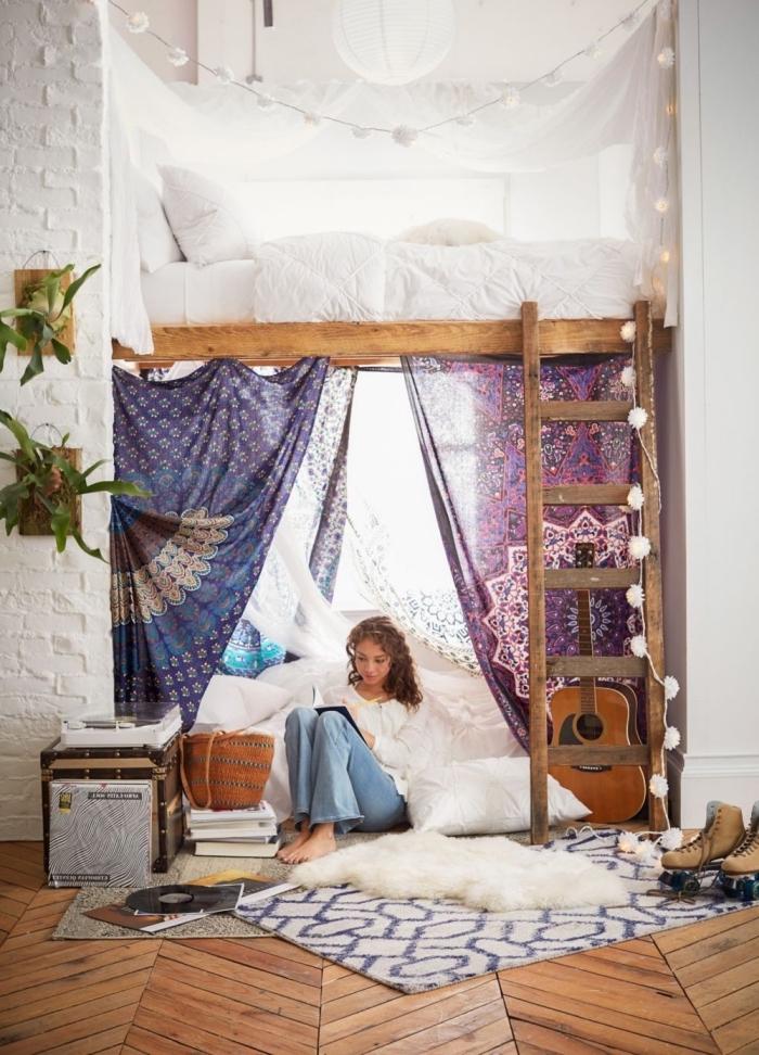 intérieur dans une chambre boheme avec lit mezzanine aux murs blancs et plancher bois foncé, modèle de tapis blanc à design imitation peau animal