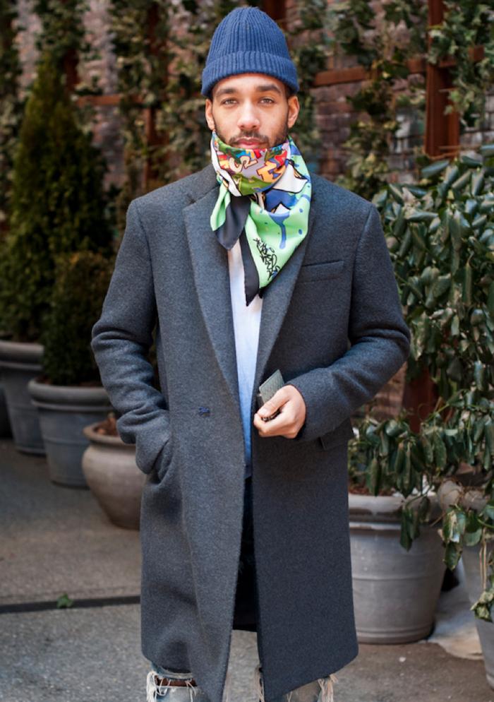 look homme casual hipster avec touche chic avec manteau en laine long et foulard carré hermès