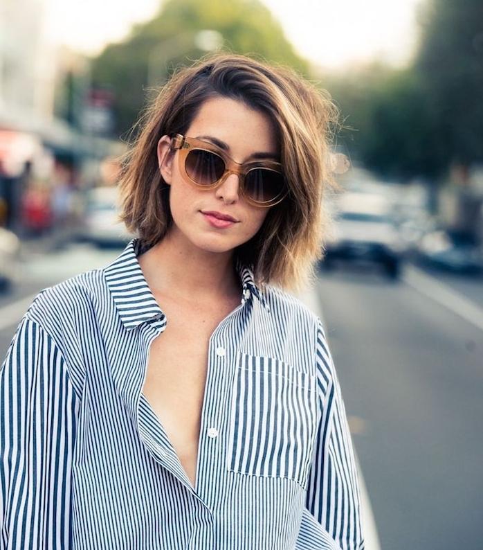 cheveux coupés au carré effet décoiffé et meche sur le coté, lunette de soleil femme tendance, chemise à rayures