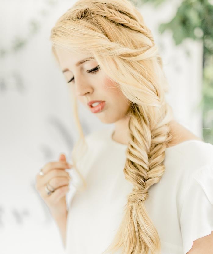 exemple de coiffure mariée avec une grande tresse en épi de coté et plusieurs plus petites tresses, cheveux blond longs
