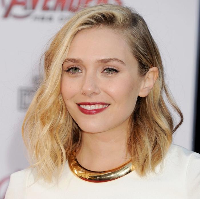 exemple de coupe carre long raie sur le coté, cheveux ondulés coloration blonde avec racines chatain foncé