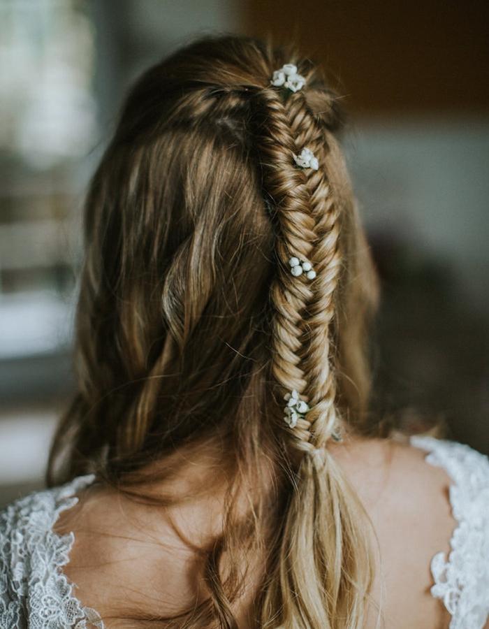 modele de tresse simple sur cheveux longs chatain clair, robe de mariée dentelle, fleurs blanches décoratives
