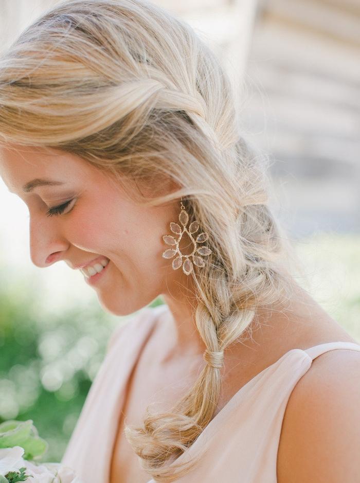 tresse sur cheveux mi long, idée de coiffure mariage cheveux mi long,, style décoiffé, coiffure mariage invité