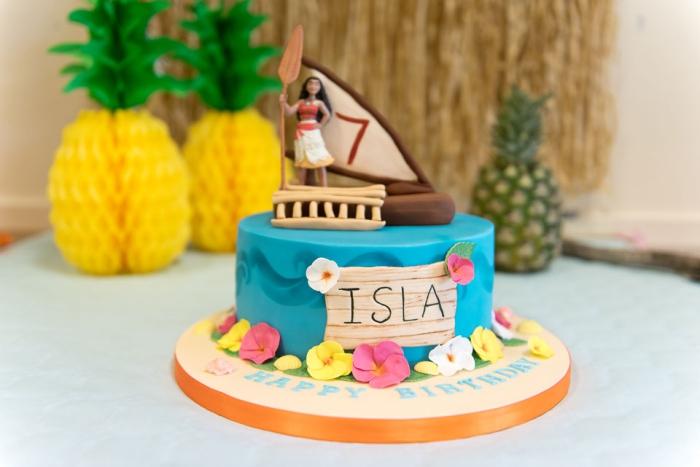 magnifique gateau anniversaire vaiana à design océan avec déco en petites fleurs roses et jaune en pâte à sucre