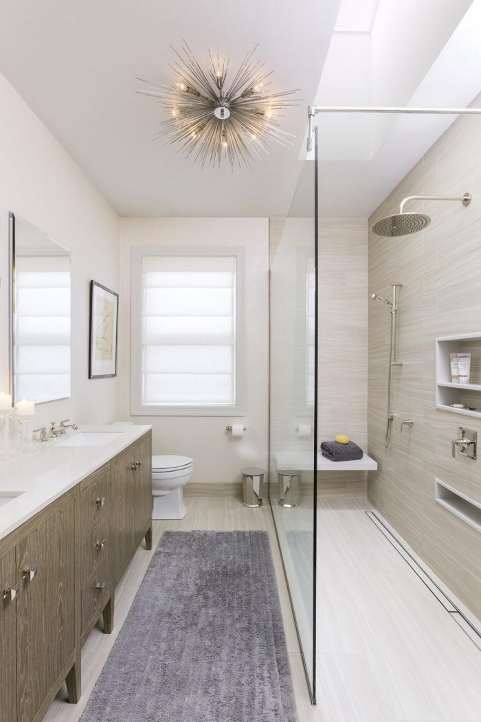 tendance agencement salle de bain en longueur avec murs clairs et plafond suspendu, panneaux d habillage pour rénover sa salle de bains