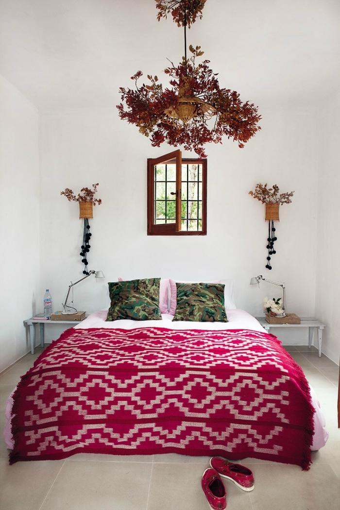 exemple de chambre boheme aux murs blancs avec petite fenêtre à carreaux et suspensions florales à design vase en fibre végétal