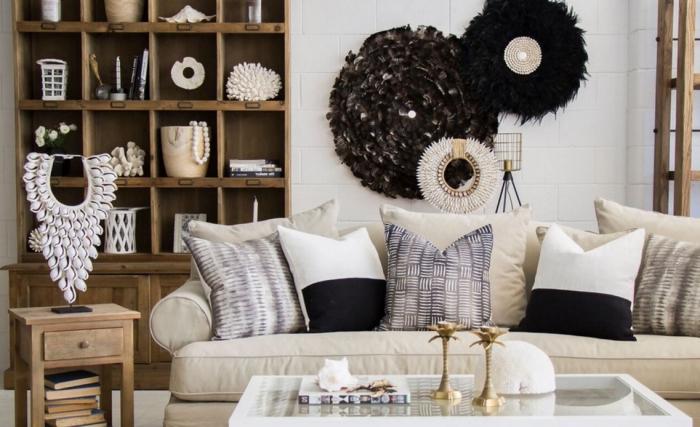 salon blanc aménagé avec meubles de bois et accessoires en style ethnique, déco murale avec suspension ethnique