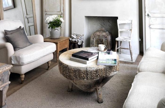 déco de salon avec petite cheminée aux meubles de bois bruts, modèle de table de café ronde, miroir large à cadre bois