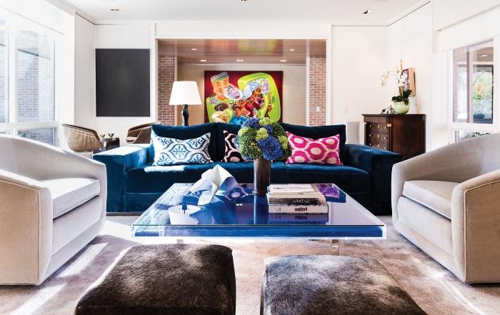 décor de style moderne et ethnique dans un salon blanc aménagé avec meubles moderne couverts de coussins ethniques