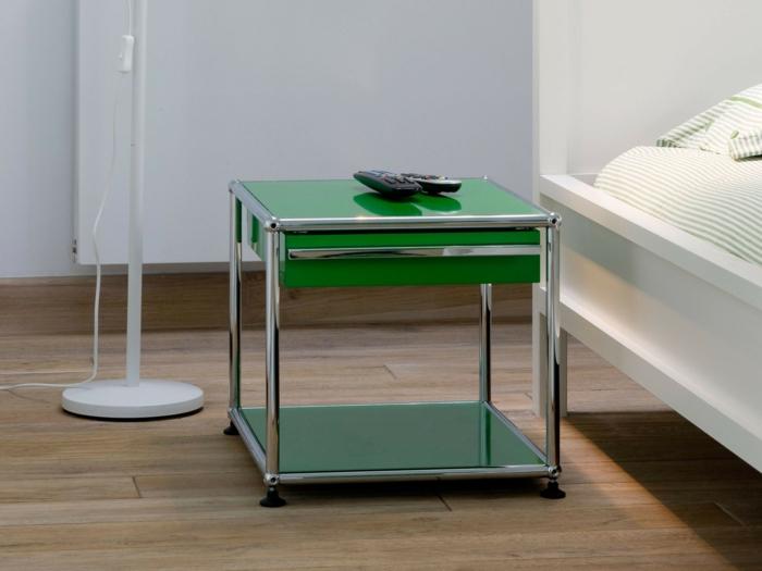 meuble relooké, parquet PVC aux nuances taupe et marron, luminaire sur pied haut en blanc, moderniser meuble ancien