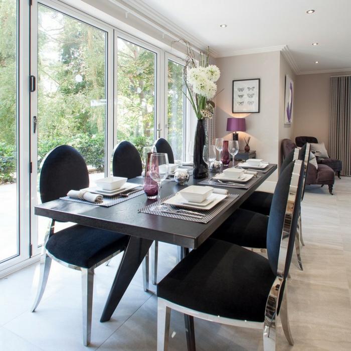 salle à manger couleur claire et grande table wengé, chaises vintage, mur vitrée