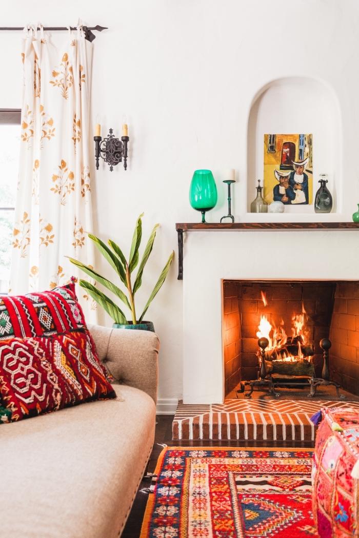 comment décorer un salon moderne et traditionnel avec coussins aux motifs ethniques et tapis ethnique coloré