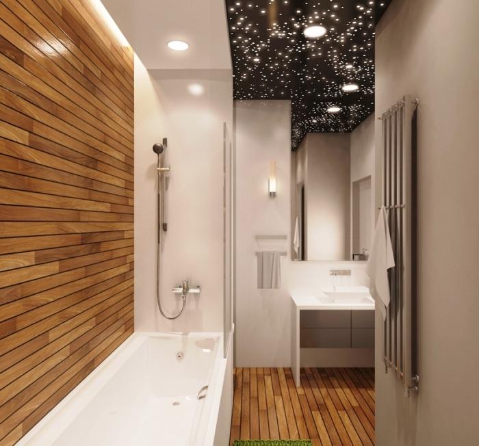 modèle salle de bain en longueur avec baignoire et douche, agencement salle de bain blanche et bois avec plafond design ciel de nuit