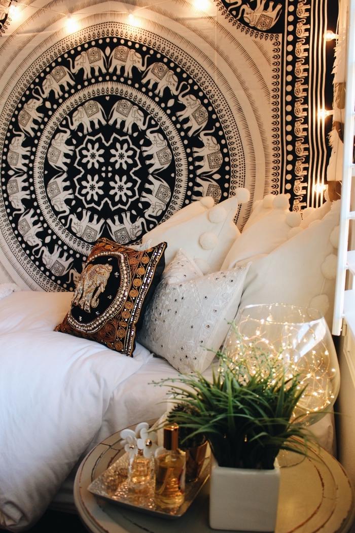 idée de déco style hippie chic avec tapisserie murale en blanc et noir, déco de chambre ado avec coussins décoratifs et plante verte