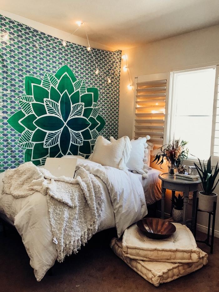 decoration boheme dans une chambre ado aux murs blancs aménagée avec lit couvert de coussins et plaids blancs