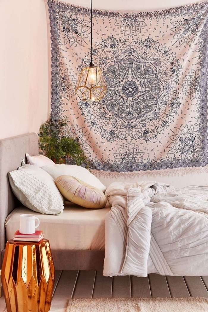 exemple de petite pièce aménagée en style hippie chic et bohème avec un lit à tête gris clair et table de chevet design origami cuivré