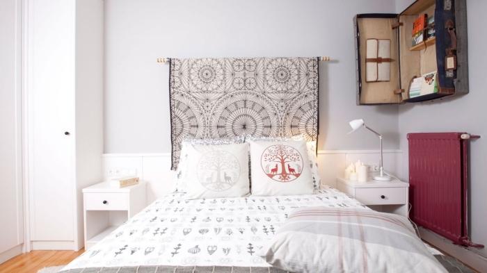 ambiance moderne dans une chambre à coucher avec déco tête de lit à design tapisserie blanc et noir aux motifs mandala