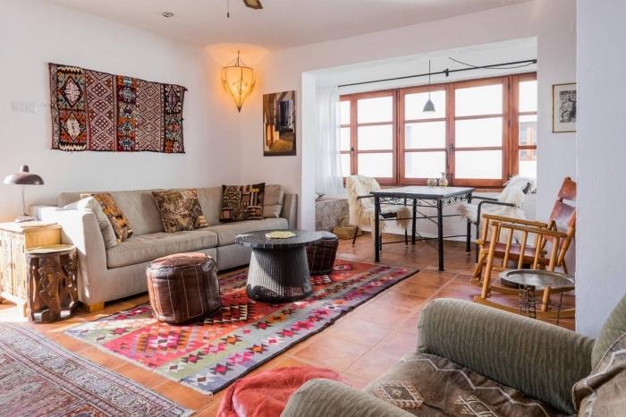 utiliser tissu ethnique pour décorer un salon moderne et traditionnel, exemple de tapisserie murale aux motifs tribal