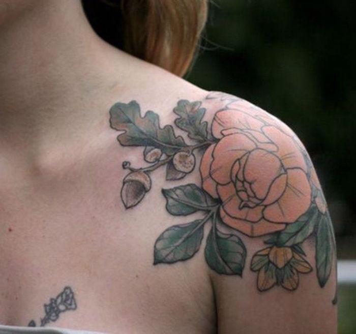 tattoo rose epaule femme orange avec feuilles et glands en couleurs
