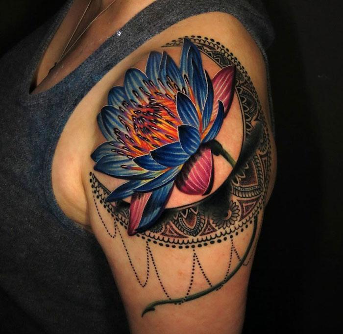 tattoo epaule femme fleur de lotus et croissant en couleurs aquarelles bleu orange violet