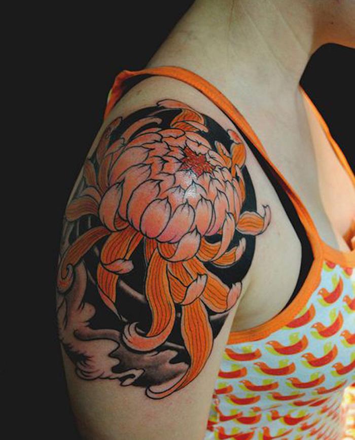 tattoo fleur lotus orange sur bras de femme style tatouage japonais irezumi