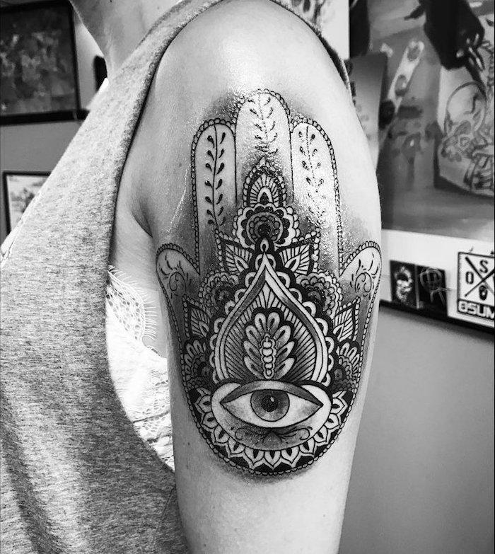 tatouage haut du bras femme main de fatma avec oeil et mandala noir et blanc épaule