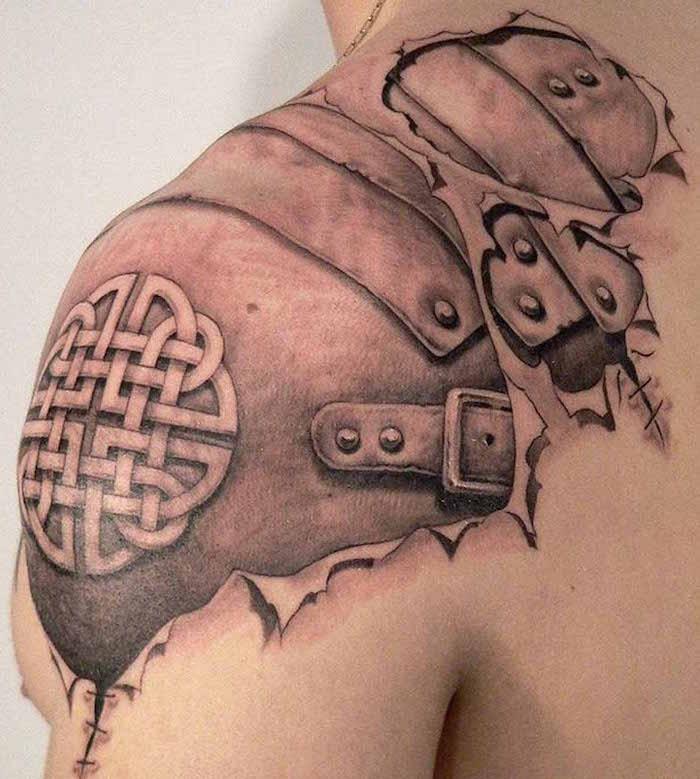 tattoo irezumi ou tatouage d'armure de samourai japonais realiste sur l épaule en noir et blanc