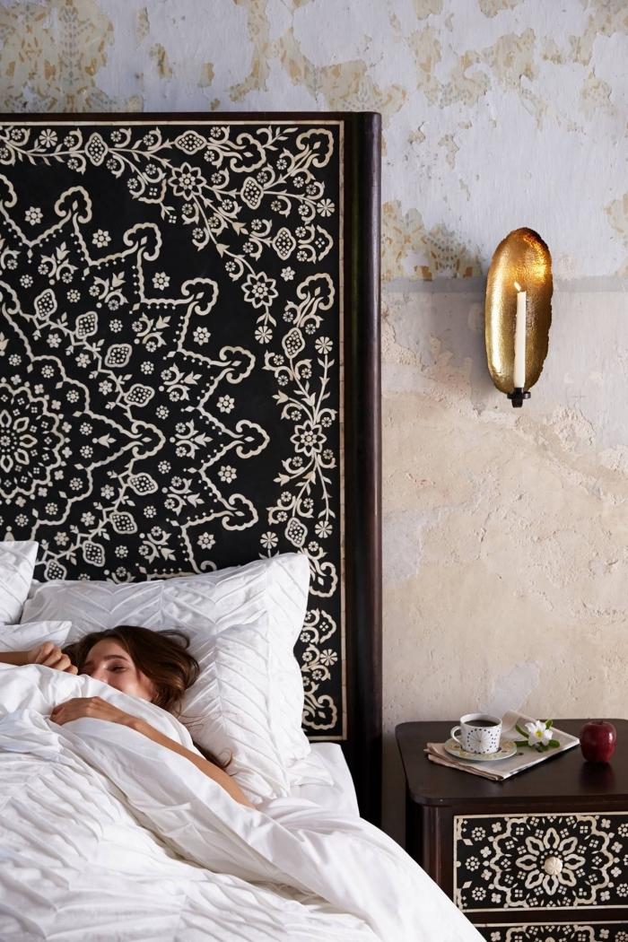 exemple de décoration de lit en style bohème chic avec grande tête de lit de bois foncée avec dessin mandala blanc