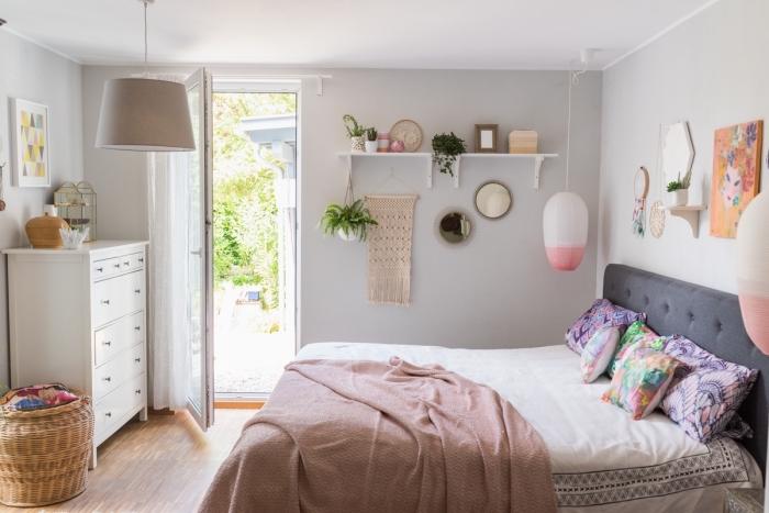 exemple meuble de rangement dans une chambre bohème avec étagère murale blanche et armoire avec tiroirs