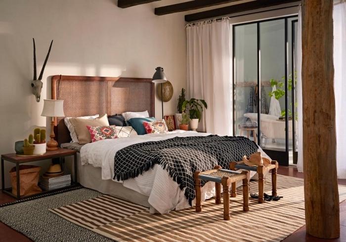 aménagement de chambre en style hippie chic ou bohème avec meubles de bois et accessoires aux motifs ethniques