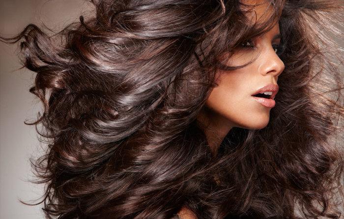 couleur de cheveux marron glacé sur coiffure en volume bouclée