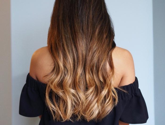 cheveux longs de couleur marron aux pointes éclaircies de nuance blond miel, coiffure de cheveux longs bouclés