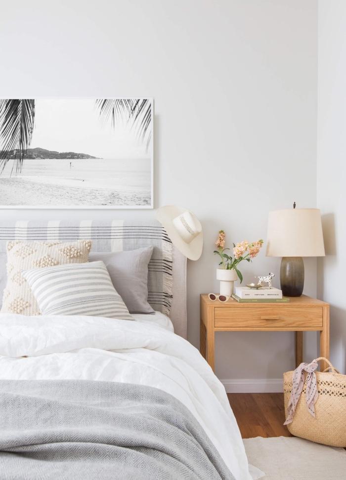 aménagement de chambre boheme moderne aux murs blancs et plancher de bois foncé avec accessoires en couleurs beige