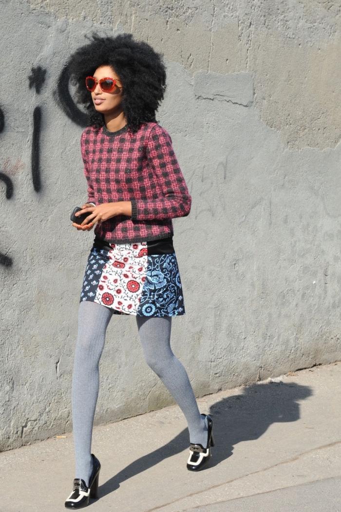 look british remis au goût du jour avec un pull à carreaux vichy, collant gris et une jupe courte à motif africain patchwork
