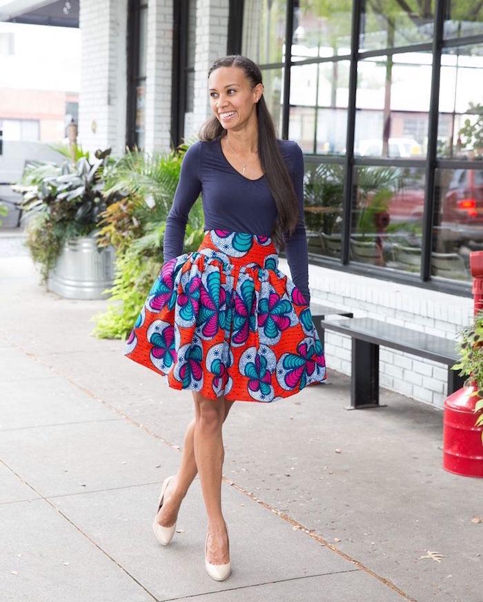 modele jupe courte plissée style ankara imprimé africain coloré rouge et bleu avec haut manches longues marine