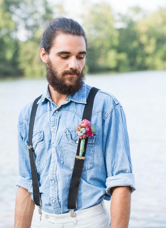 look boheme homme avec chemise denim bretelles barbe et cheveux longs style hippie chic
