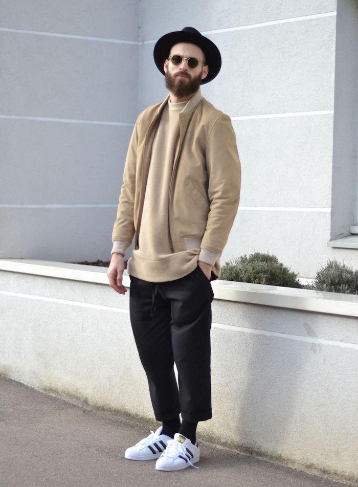 tenue hipster homme beige et noir un peu boheme chic avec pantalon court et chapeau rond style israelien