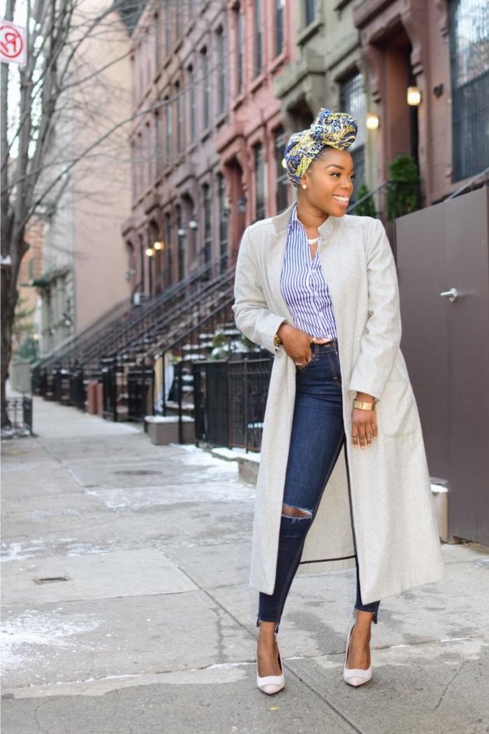 look chic urbain en jean, chemise rayée rentrée dedans, veste longue, le tout accessoirisé avec un turban en wax tissu à motifs en jaune et bleu