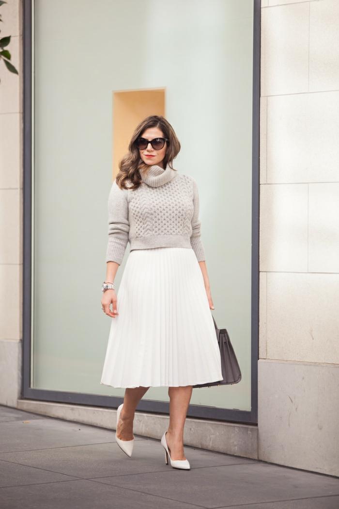 tenue pour l'office, jupe longue plissée, pull gris col montant, sac gris