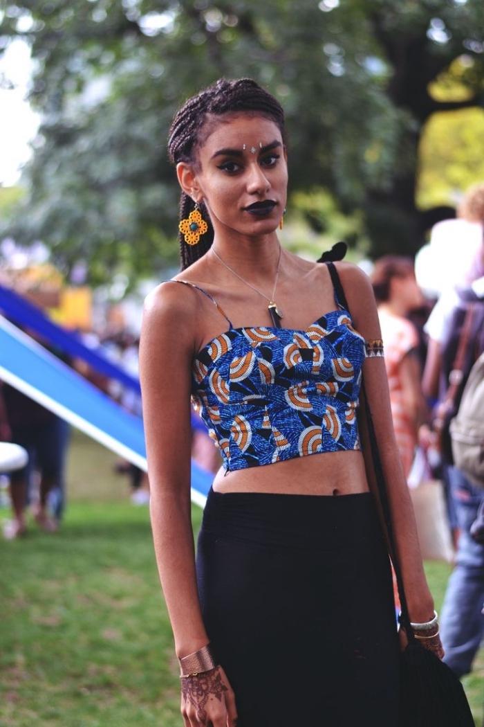 une tenue de festival de style grunge avec un top court en pagne africain à fines bretelles et une jupe droite noire