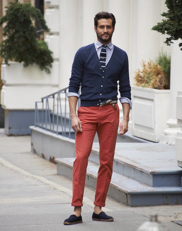 tenue homme mariage decontracte avec chino rouge et cardigan marine
