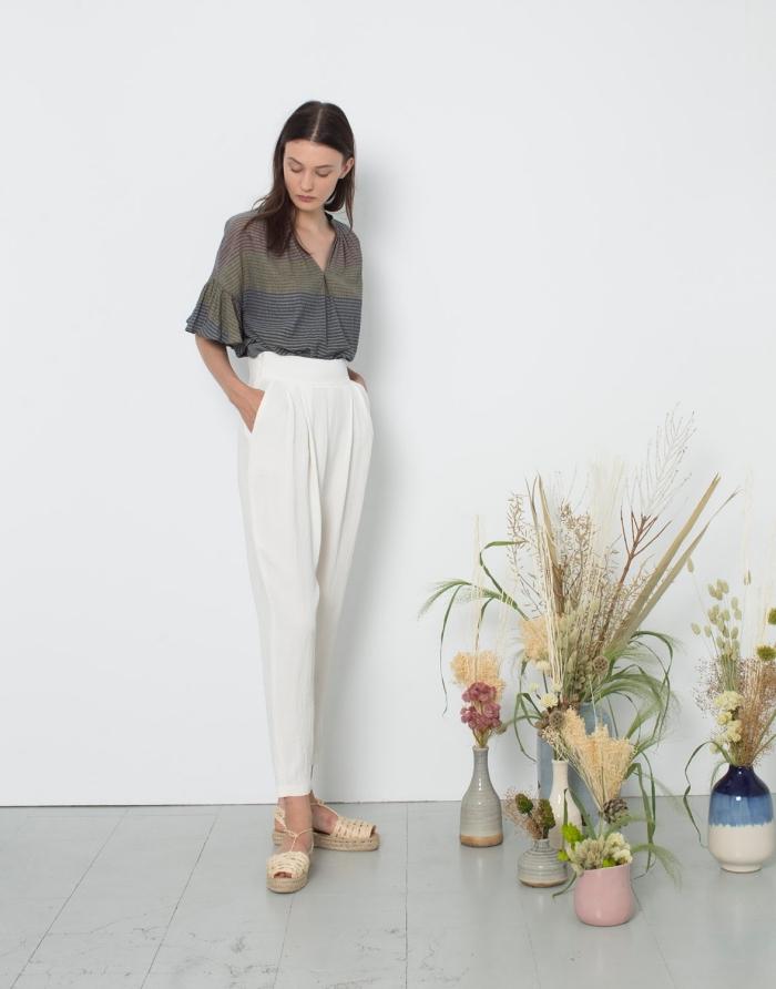 look casual chic en pantalon fluide blanc de taille haute combinée avec blouse en gris et sandales beige à plateforme