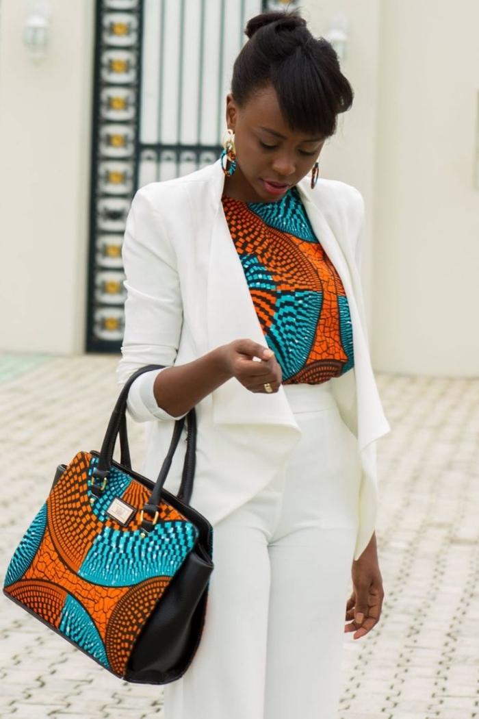 look de working girl en tailleur femme blanc aux touches ethniques grâce à l'imprimé wac sur le top et le sac à main