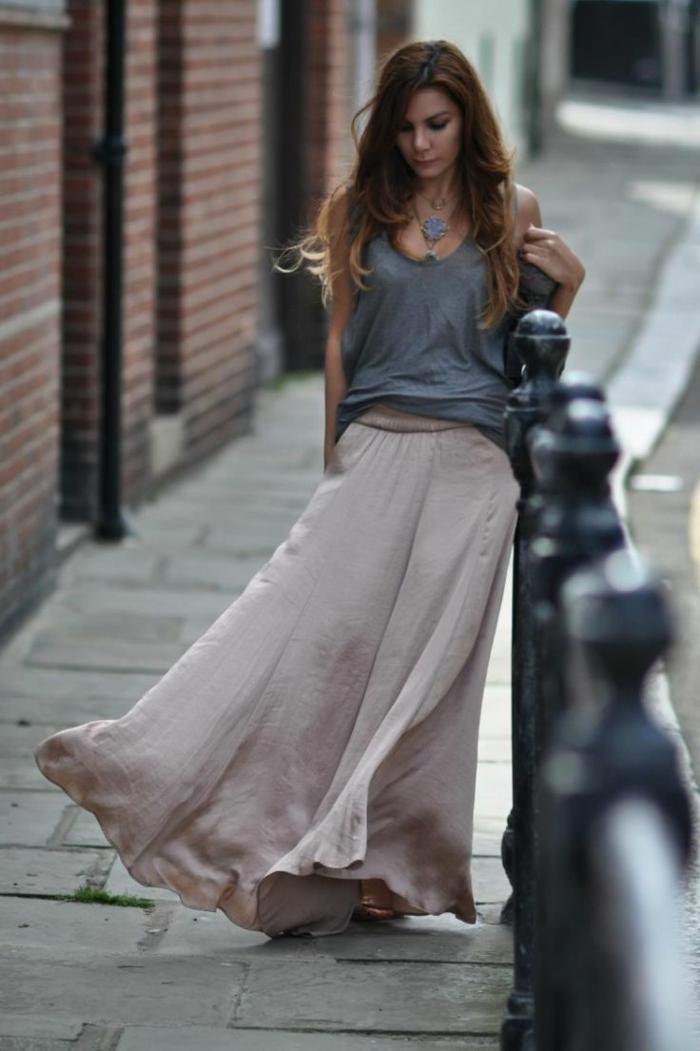 adopter la jupe longue d'été, un top fluide, collier bohème, jupe longue légère