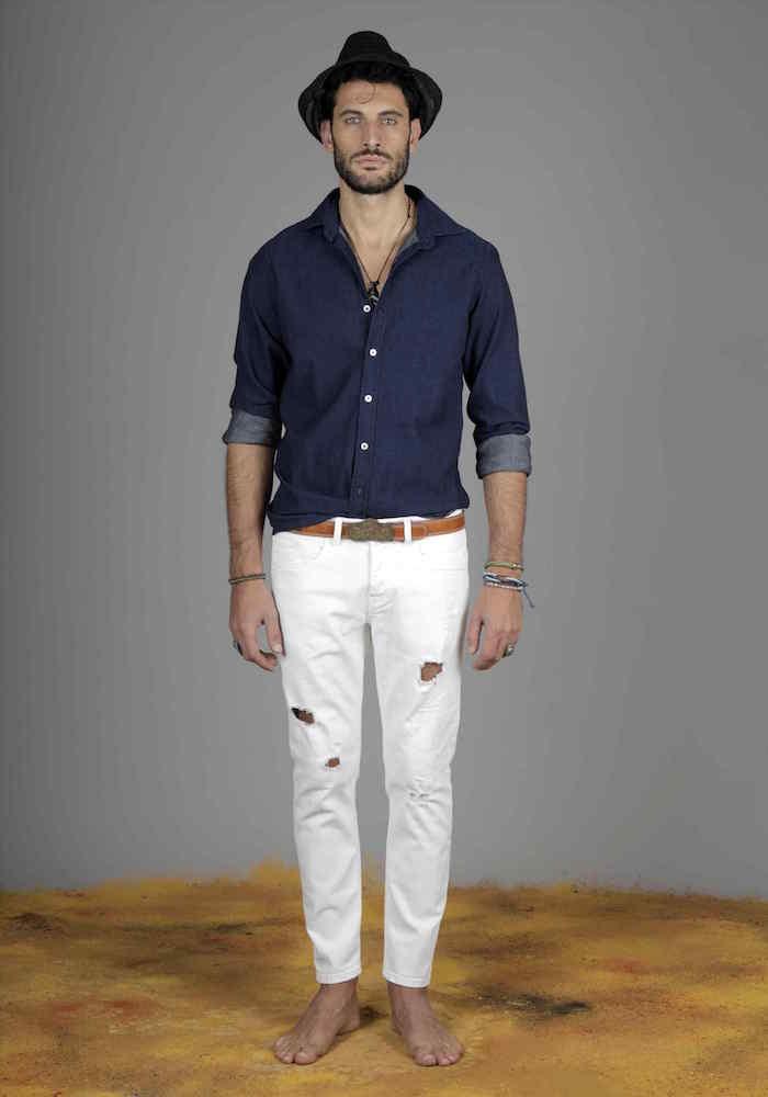 exemple de tenue casual chic homme pour été boheme avec jean blanc slim et chemise denim et chapeau