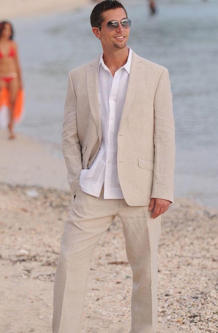 costume décontracté beige avec chemise blanche pour mariage en été sur la plage