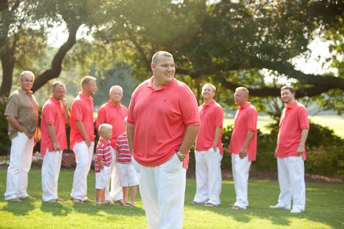 tenue de mariage boheme chic homme décontracté avec pantalon lin blanc et polo ralph lauren rose rouge